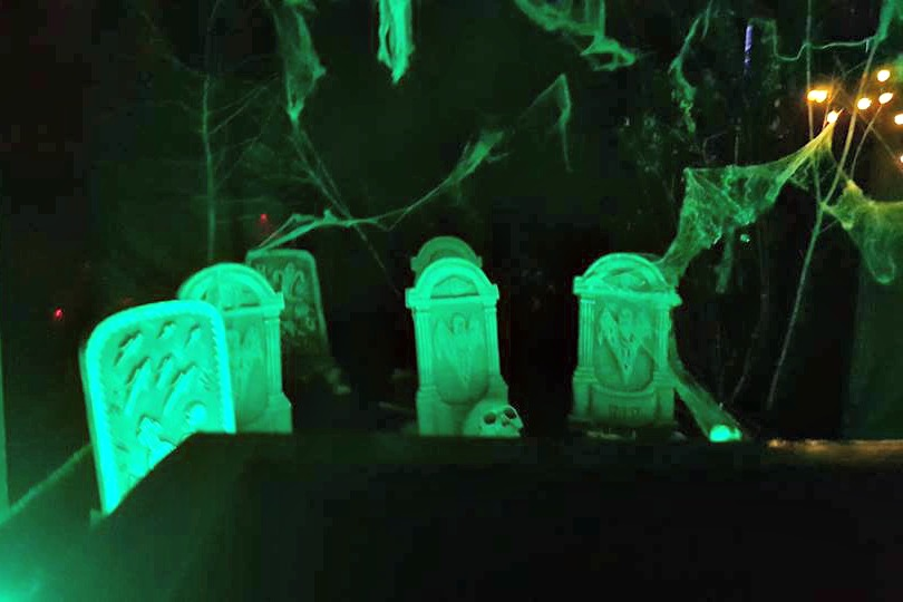 Halloween Silica Lodge, grave stones
