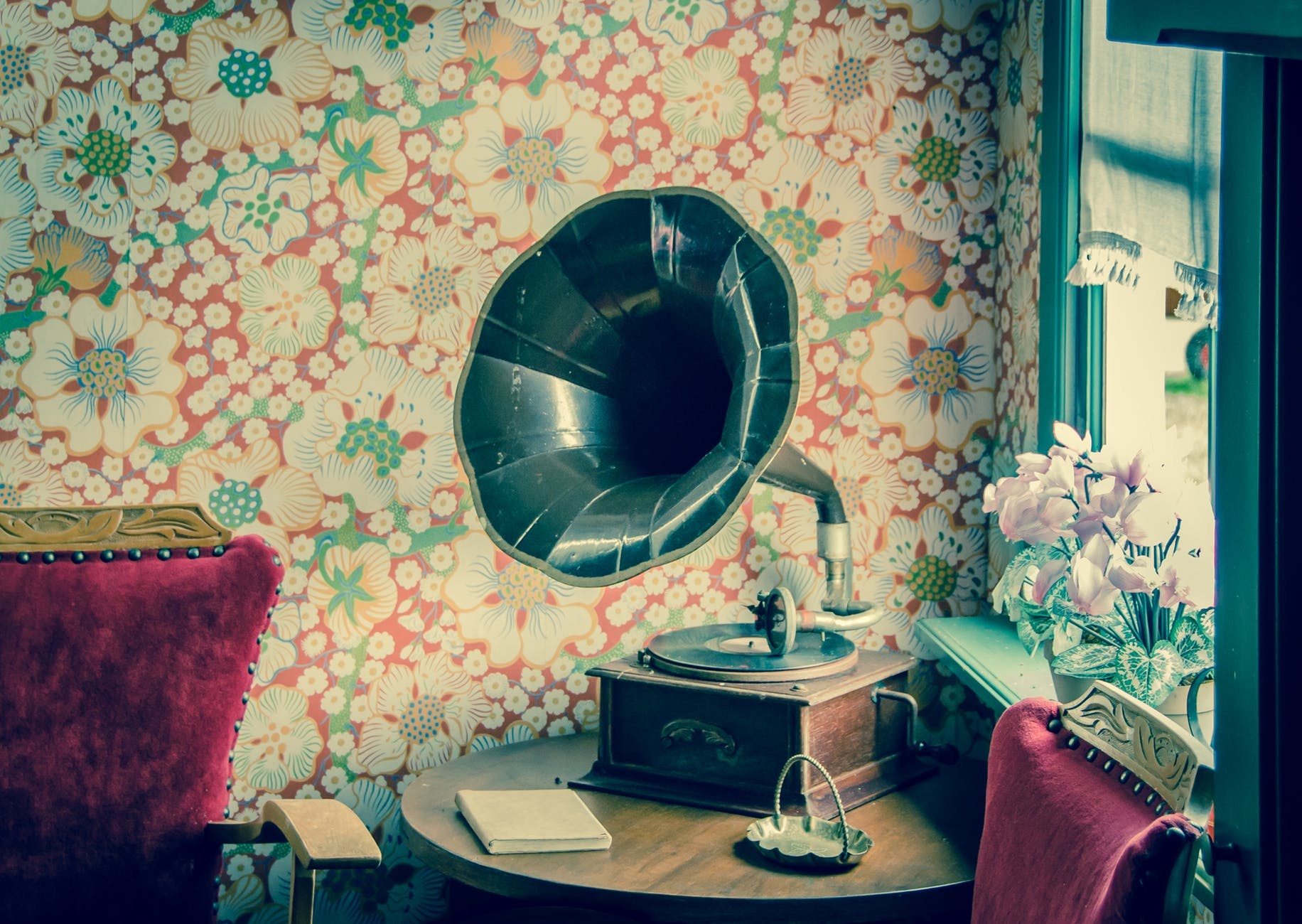 Finding Inspiration For Your Vintage Interior, retro record player
