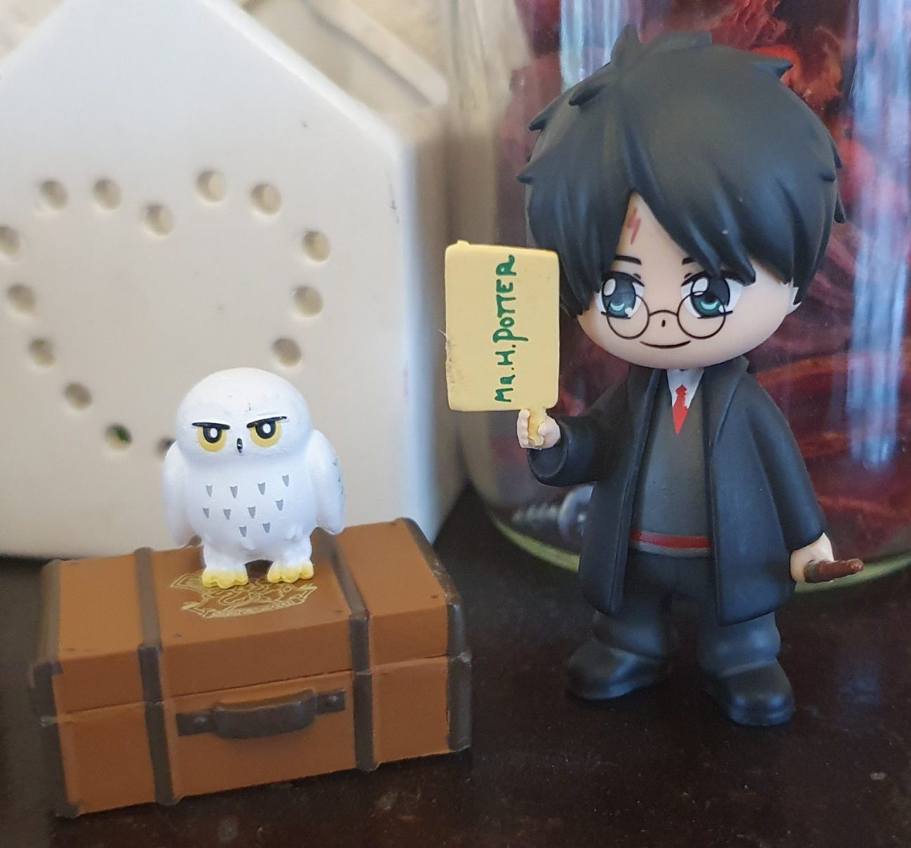 Magical Capsules contents Harry Potter figure, suitcase, Hedwig, wand and letter) after unwrapping